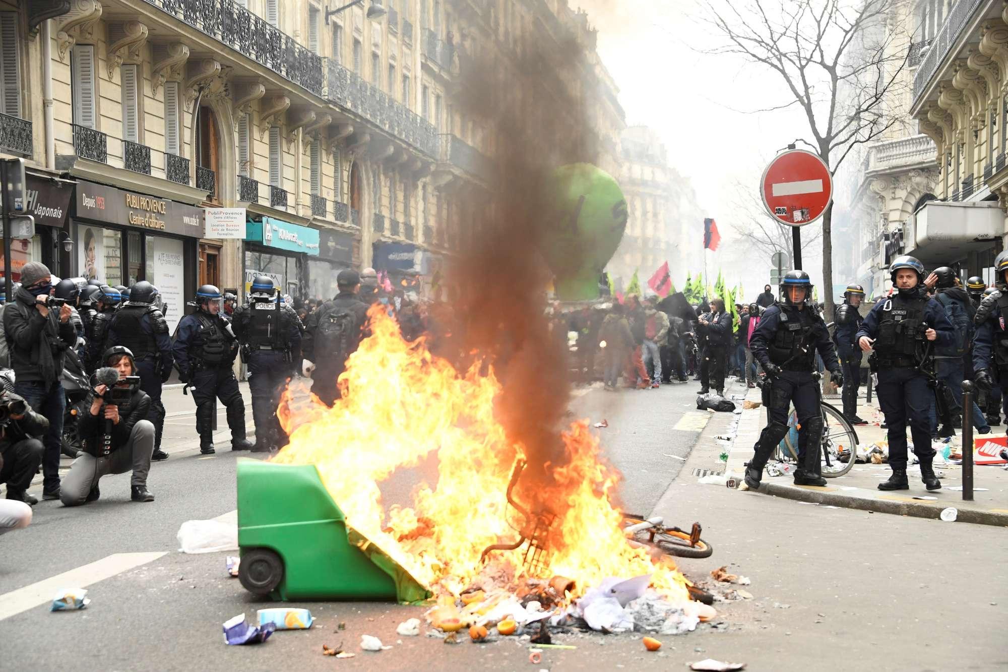 Cortei a Parigi contro riforma trasporti: disordini