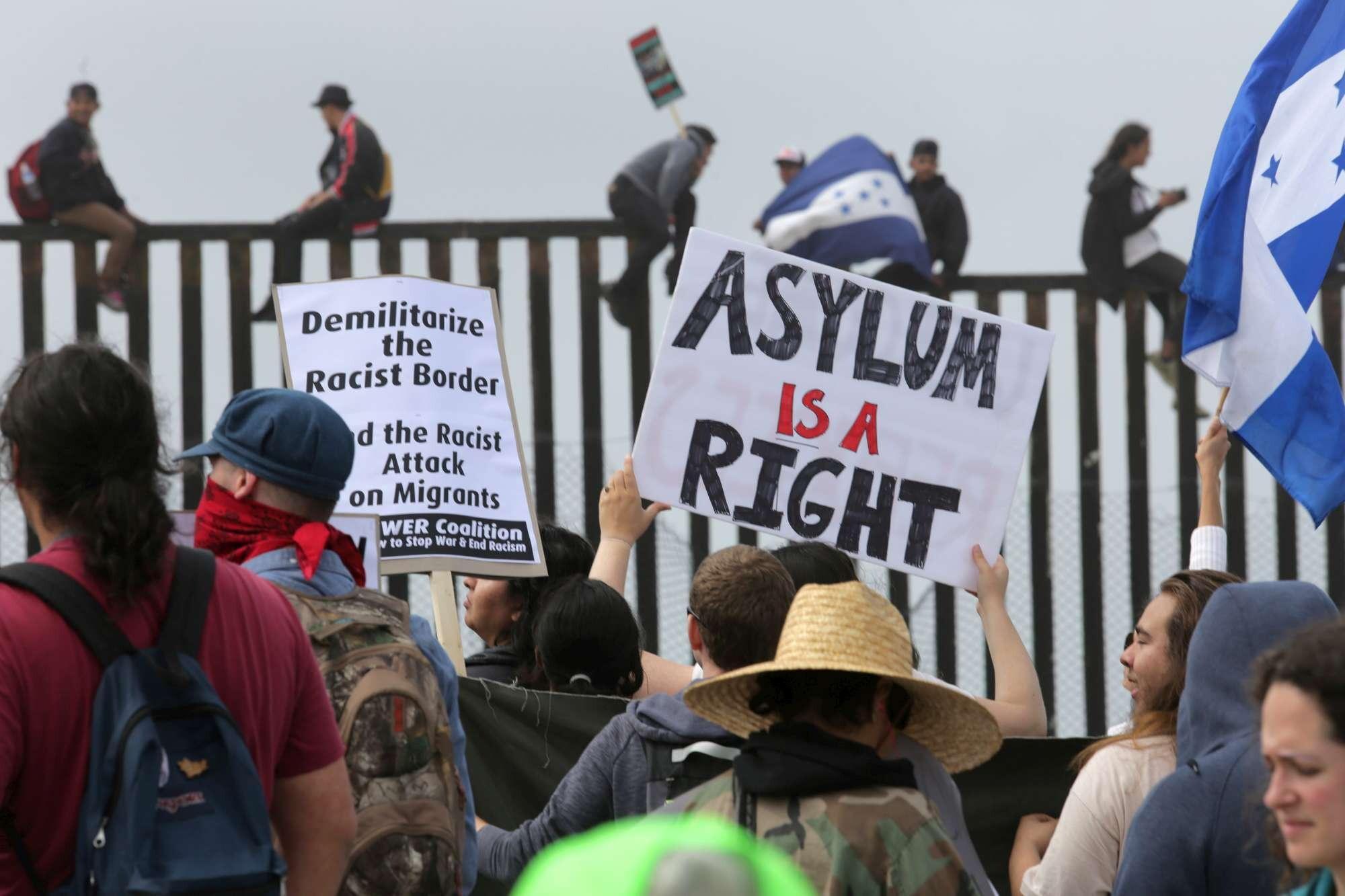 Caos migranti alla frontiera Usa-Messico: oltre 200 in attesa di asilo