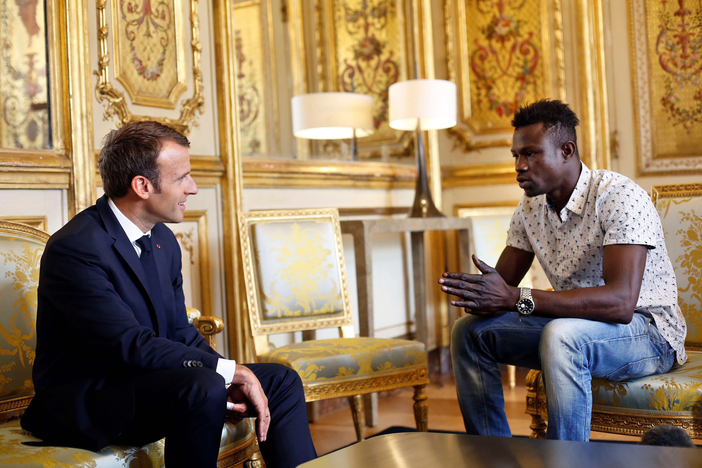 Macron riceve all'Eliseo il migrante-eroe che ha salvato un bambino di 4 anni