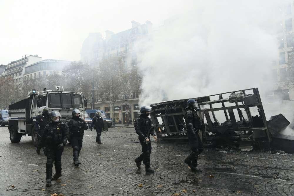 Francia, gilet gialli alla  conquista  di Parigi