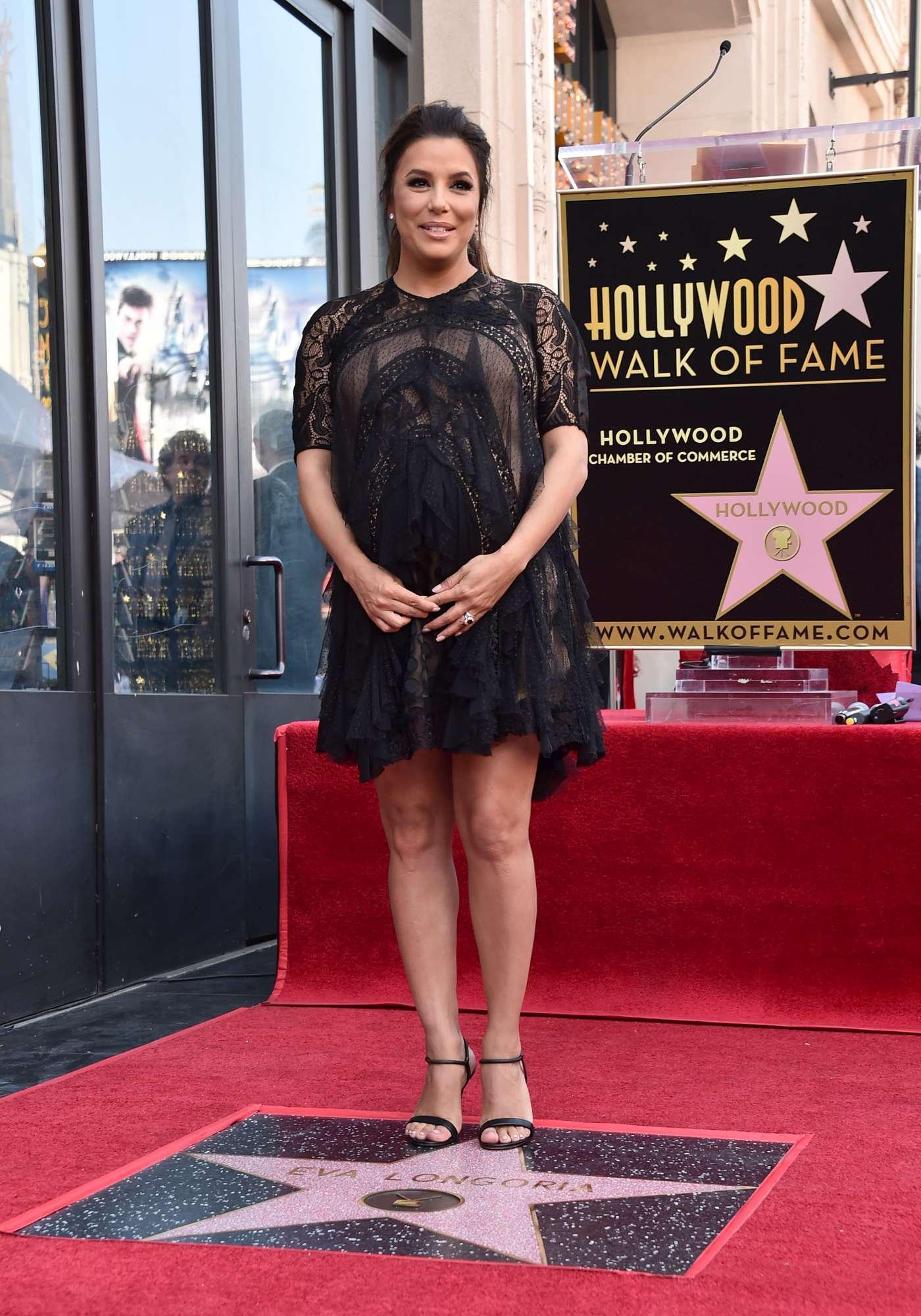 Eva Longoria col maxi-pancione sulla Walk of Fame