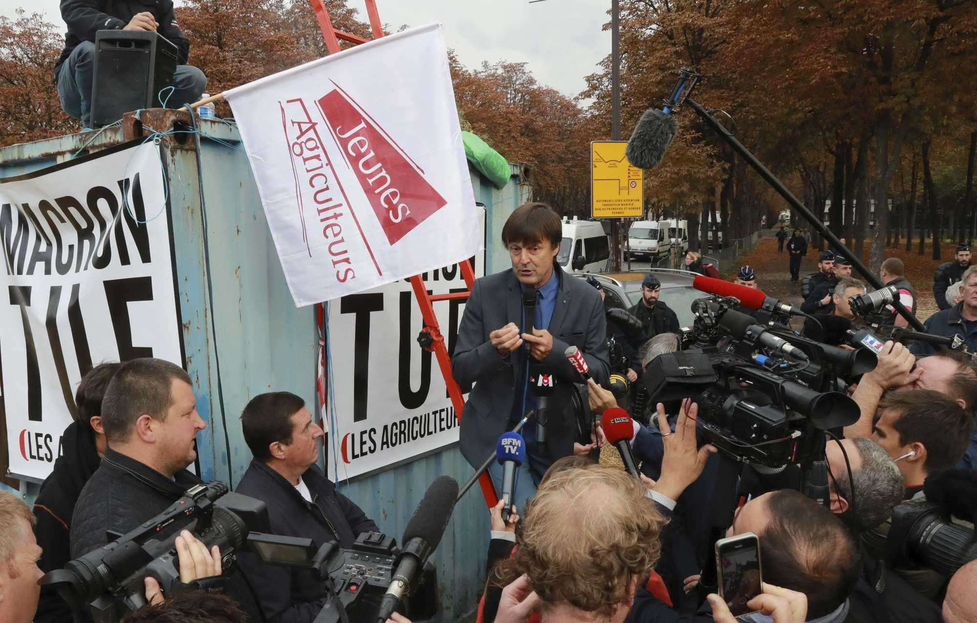 La Francia vieta il glifosato, la protesta degli agricoltori a Parigi