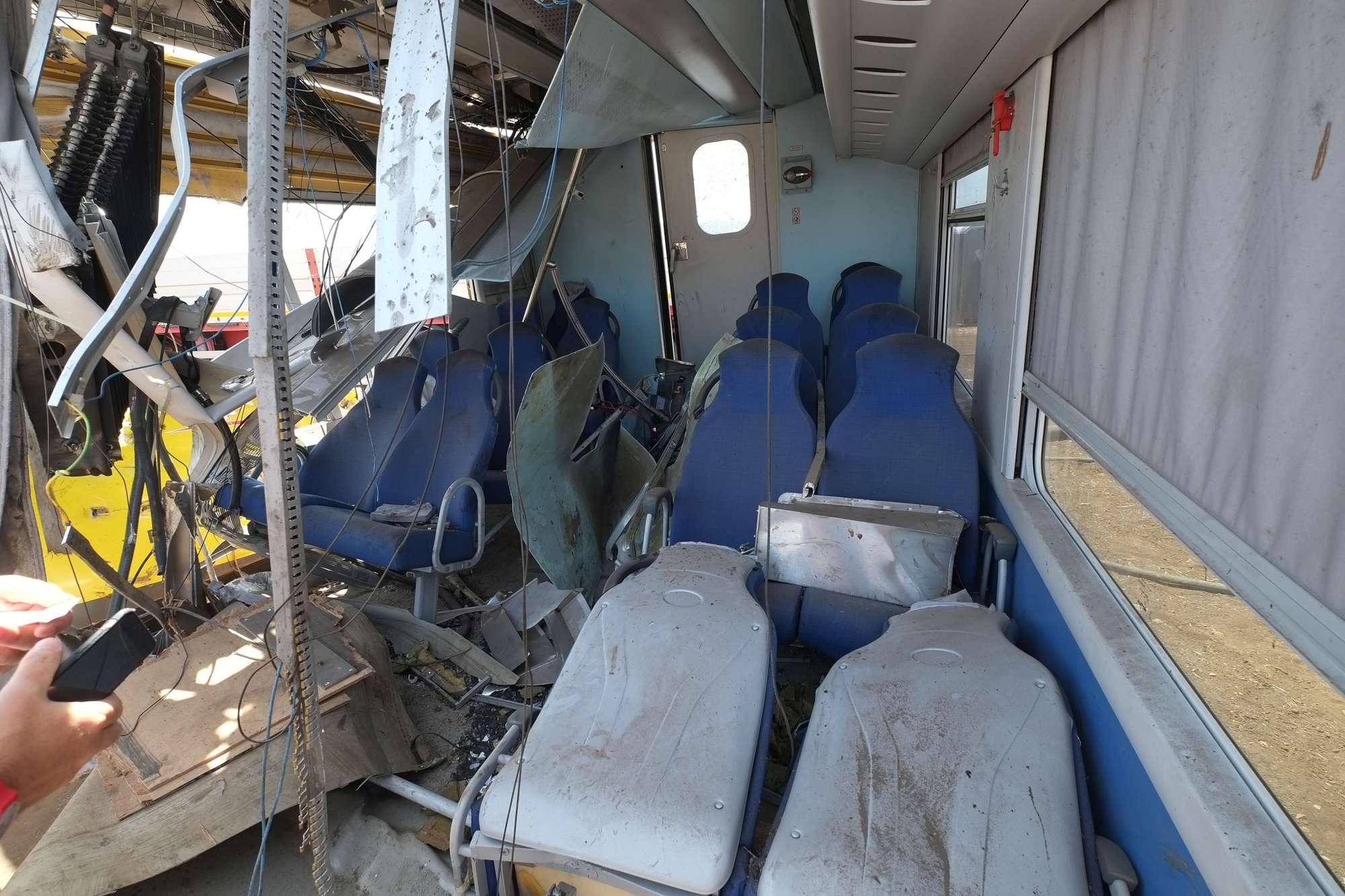 Scontro fra treni in Puglia: dentro i rottami