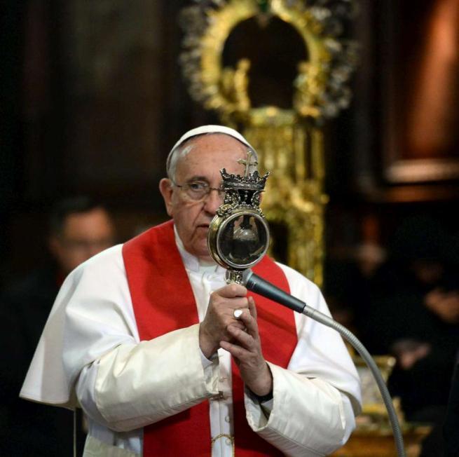 Papa Francesco a Napoli, il sangue di San Gennaro si scioglie ma solo per metà