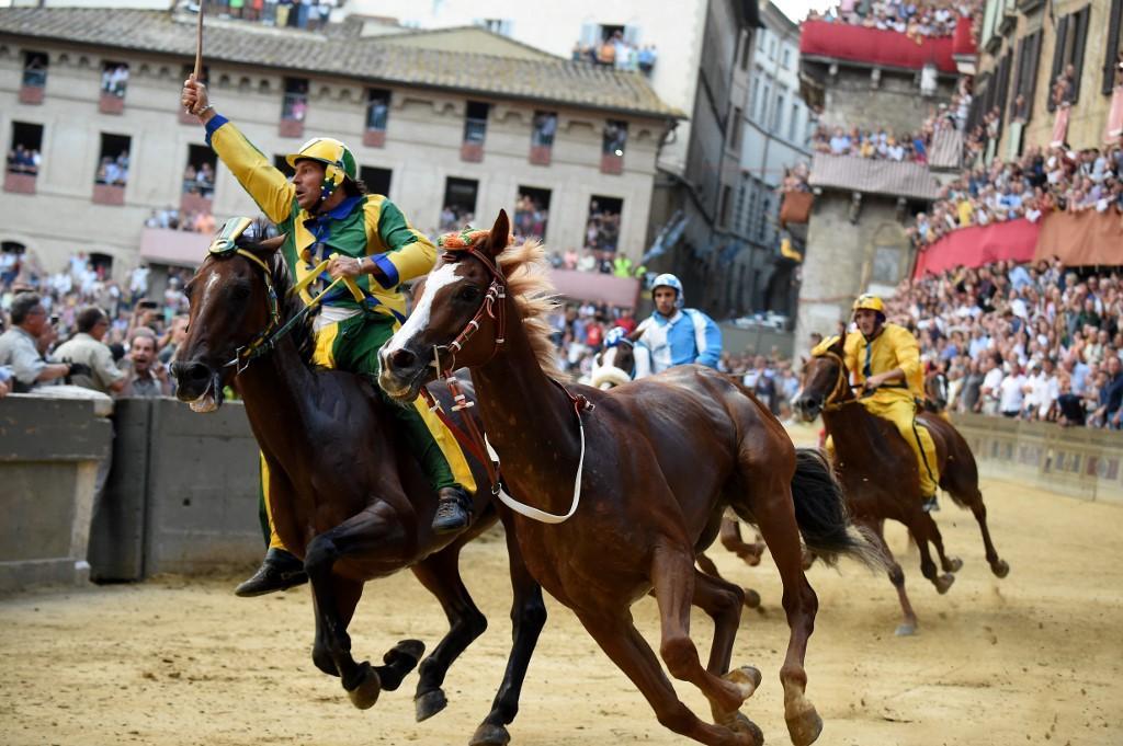 Palio di Siena, vince al fotofinish la Selva con il cavallo  scosso