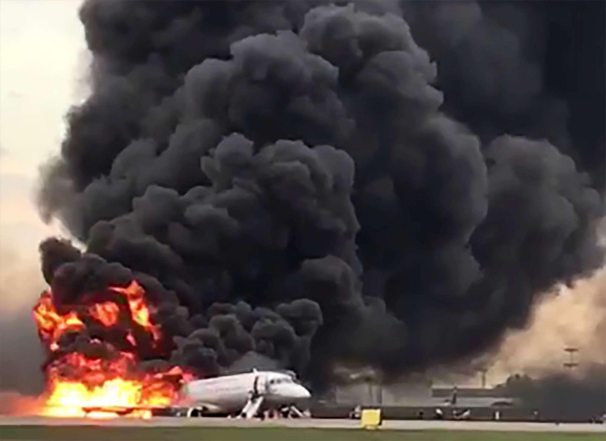 Mosca, le immagini dell incidente aereo