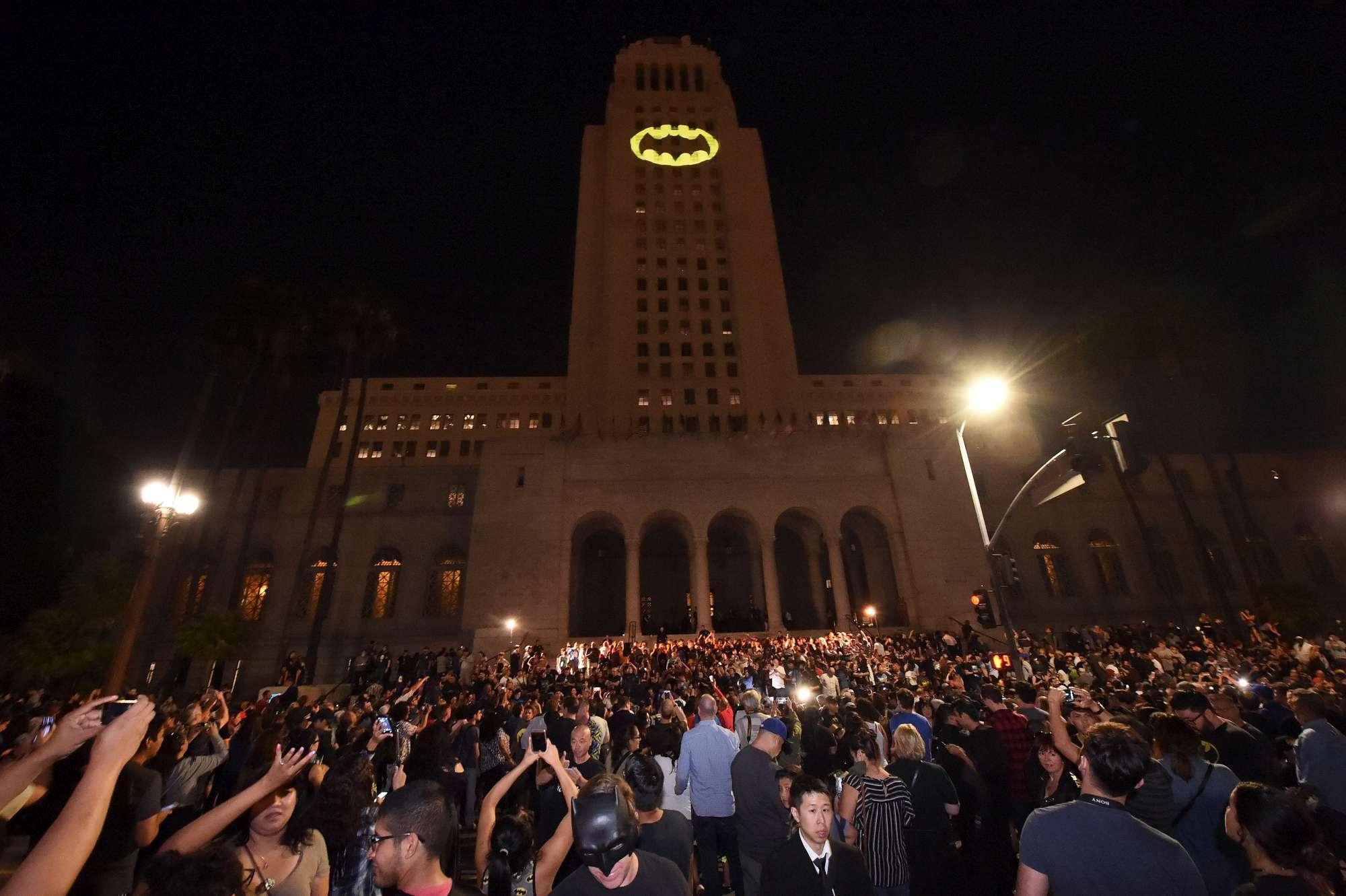 Los Angeles come Gotham City: la città accende il  Bat segnale  per Adam West