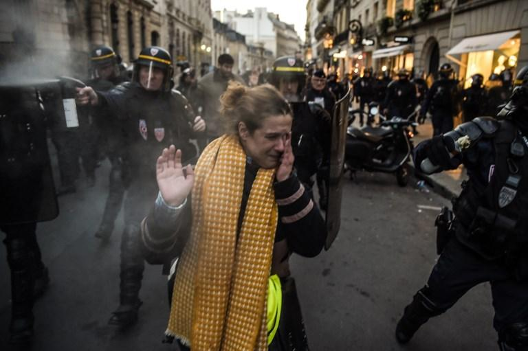 Parigi, i  gilet gialli  protestano contro il caro carburante
