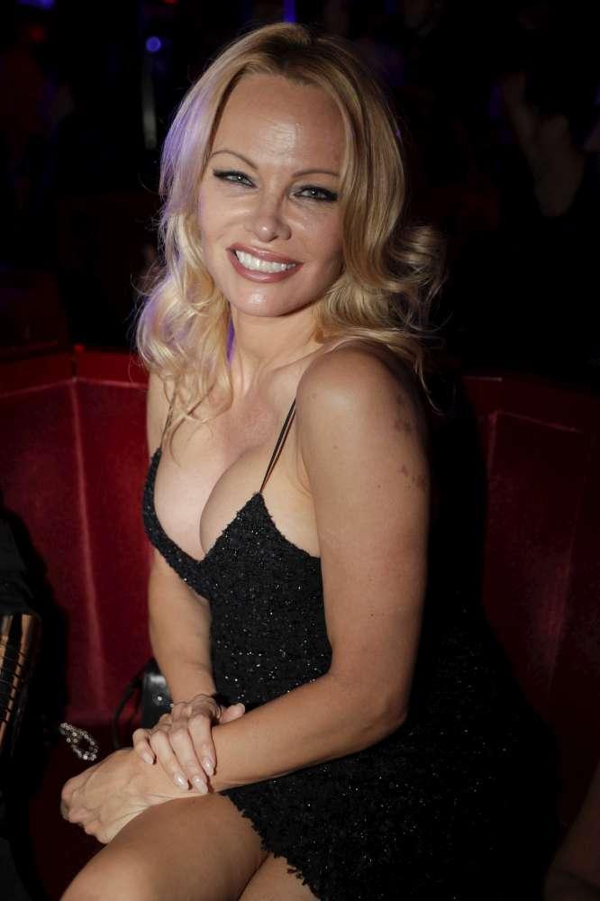 Pamela Anderson flirta e ammicca con il suo Adil Rami