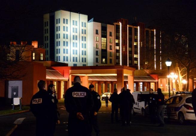Paura a Disneyland Parigi: 28enne bloccato con due pistole in un borsone