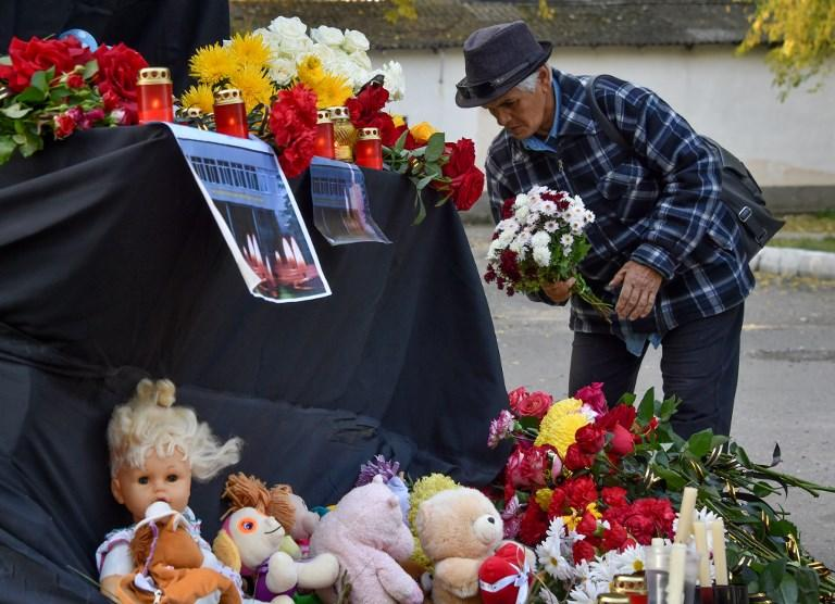 Crimea, candele e fiori all indomani della strage al Politecnico