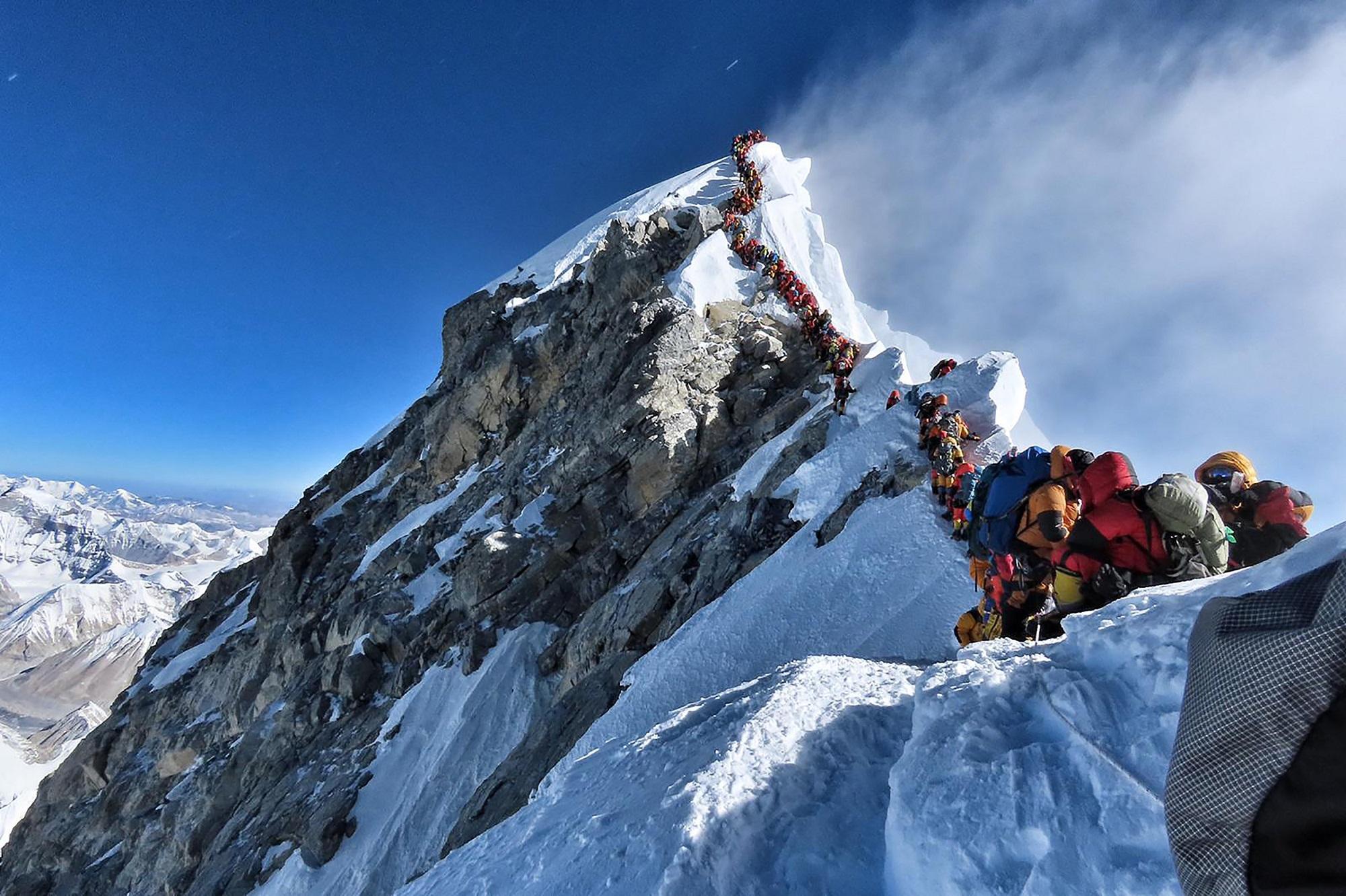 Tutti in cima sull Everest: due ore di coda per salire sul tetto del mondo