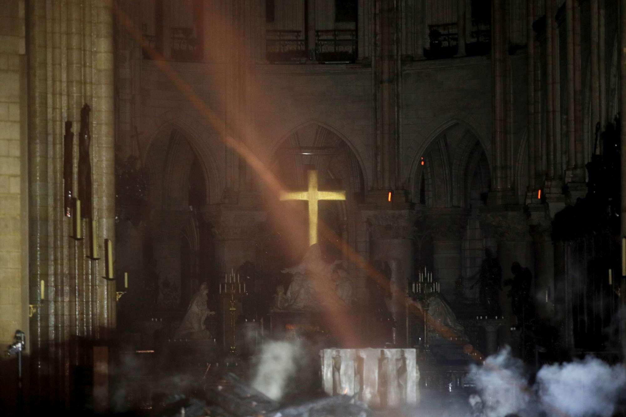 Notre-Dame, intatta la croce tra macerie e fumo