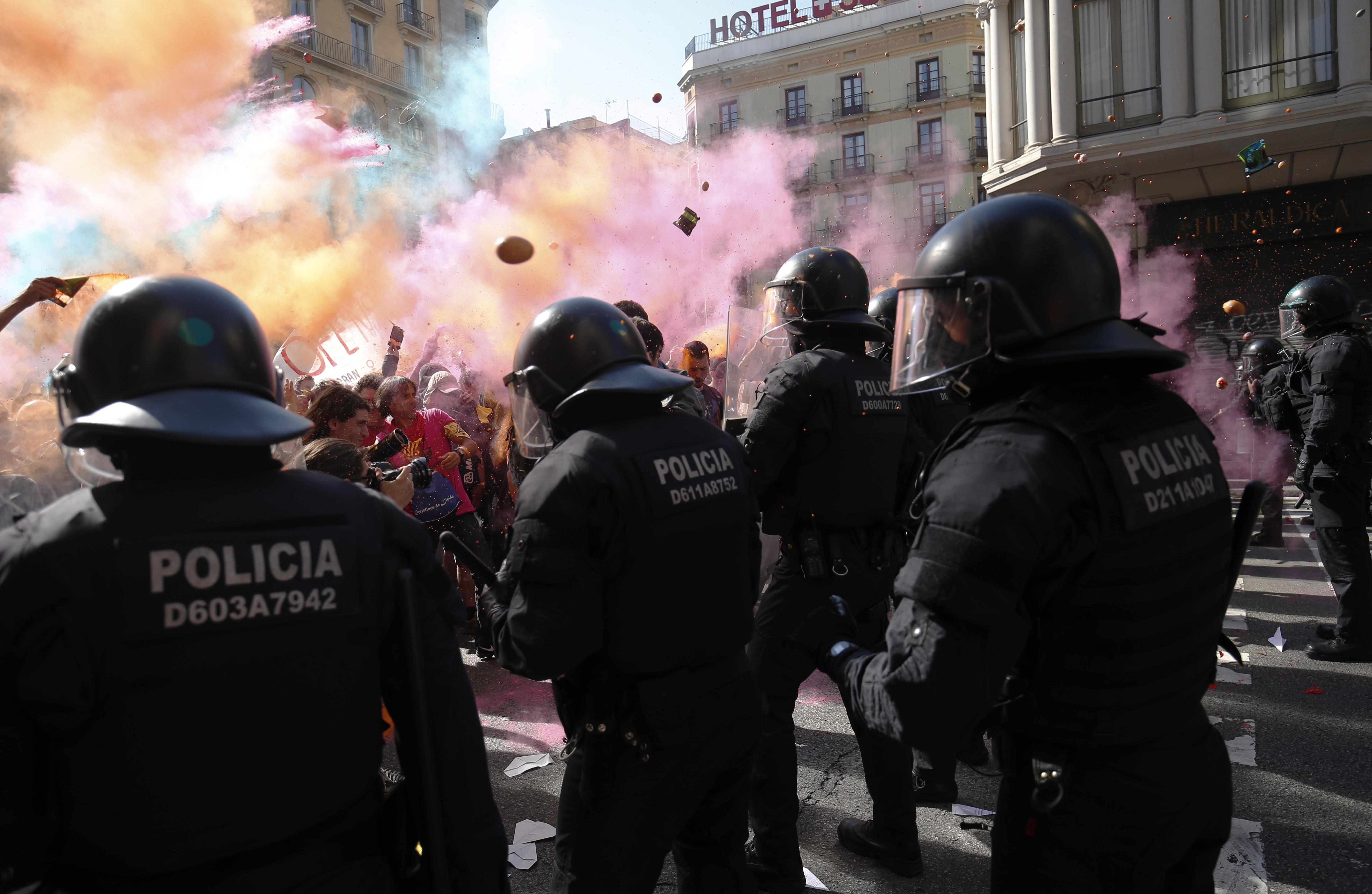 Catalogna, scontri tra polizia e separatisti a Barcellona