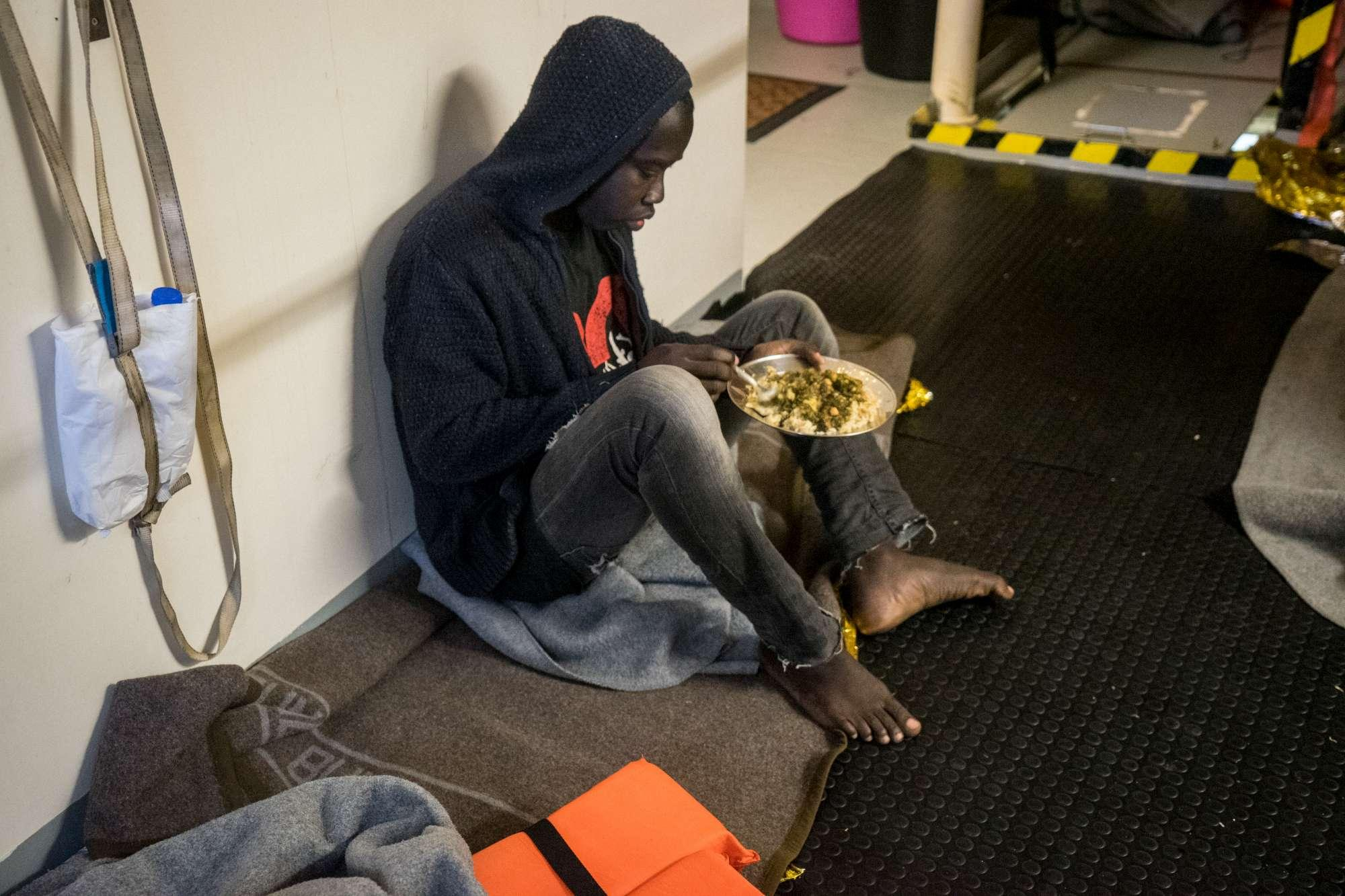 Le immagini dei migranti a bordo della Sea Watch