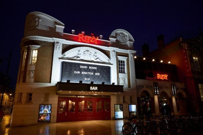 Brixton, la veglia dei fan per David Bowie: intonano per lui