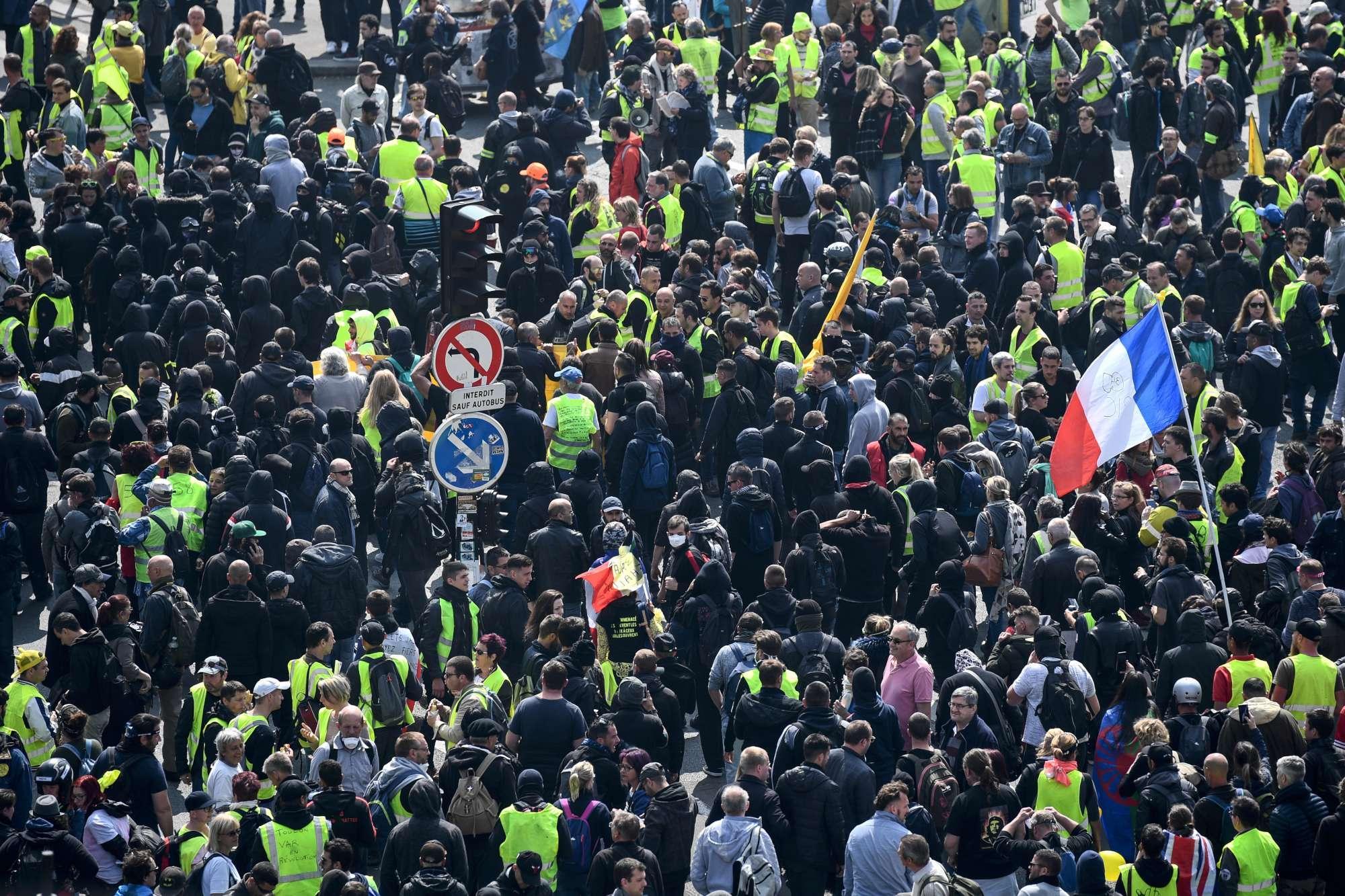 Parigi, Primo Maggio di scontri tra polizia e black bloc
