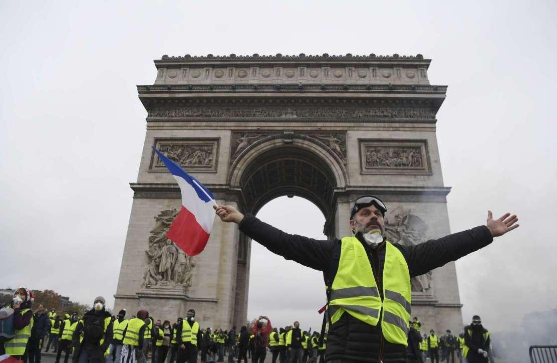 Gilet gialli, scontri sugli Champs-Elysees