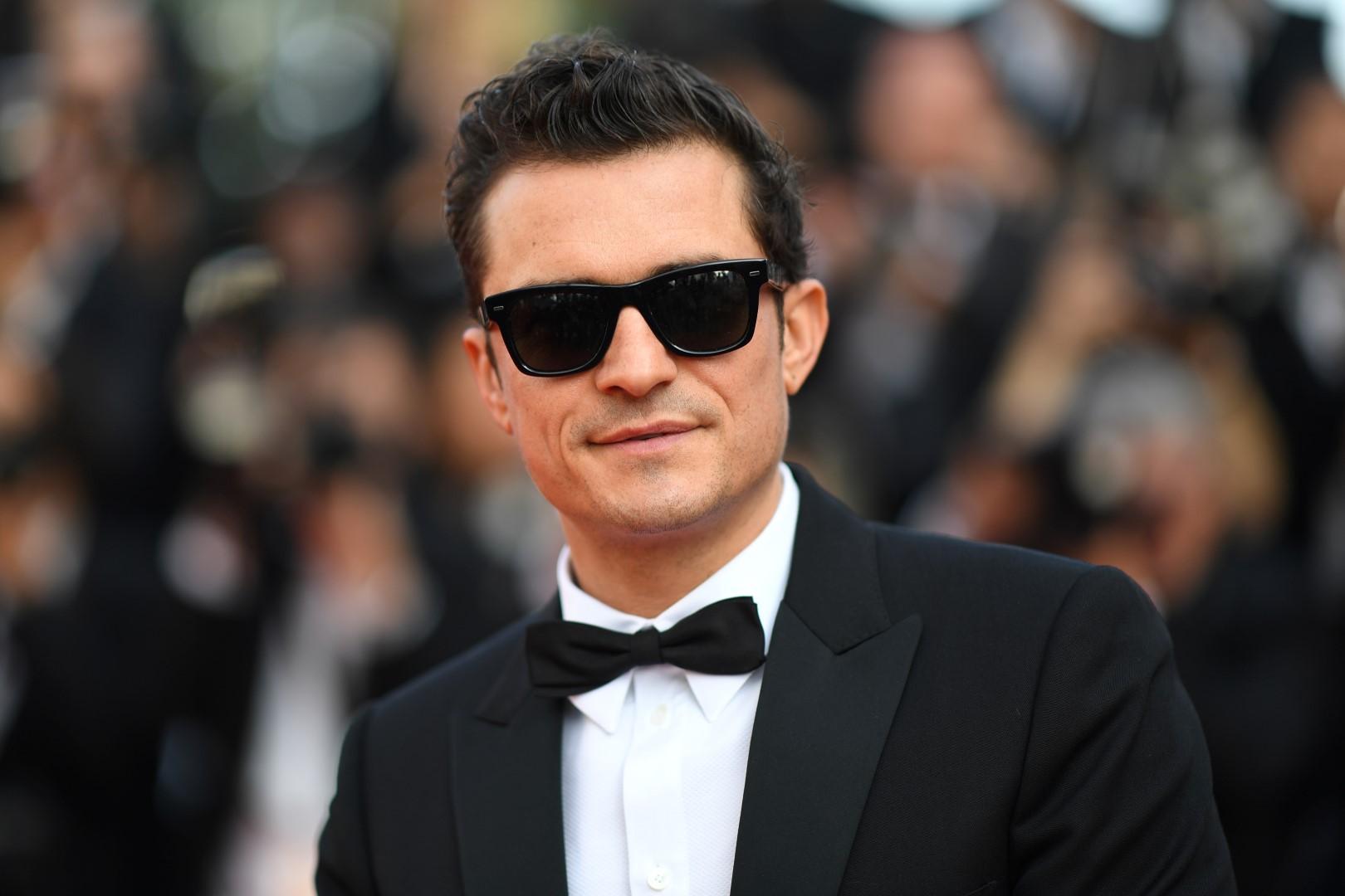 Uomo, come le star: occhiali da sole che fanno sentire in vacanza