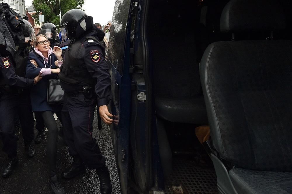 Manifestazione a Mosca, Lyubov Sobol fermata prima dell'inizio della protesta