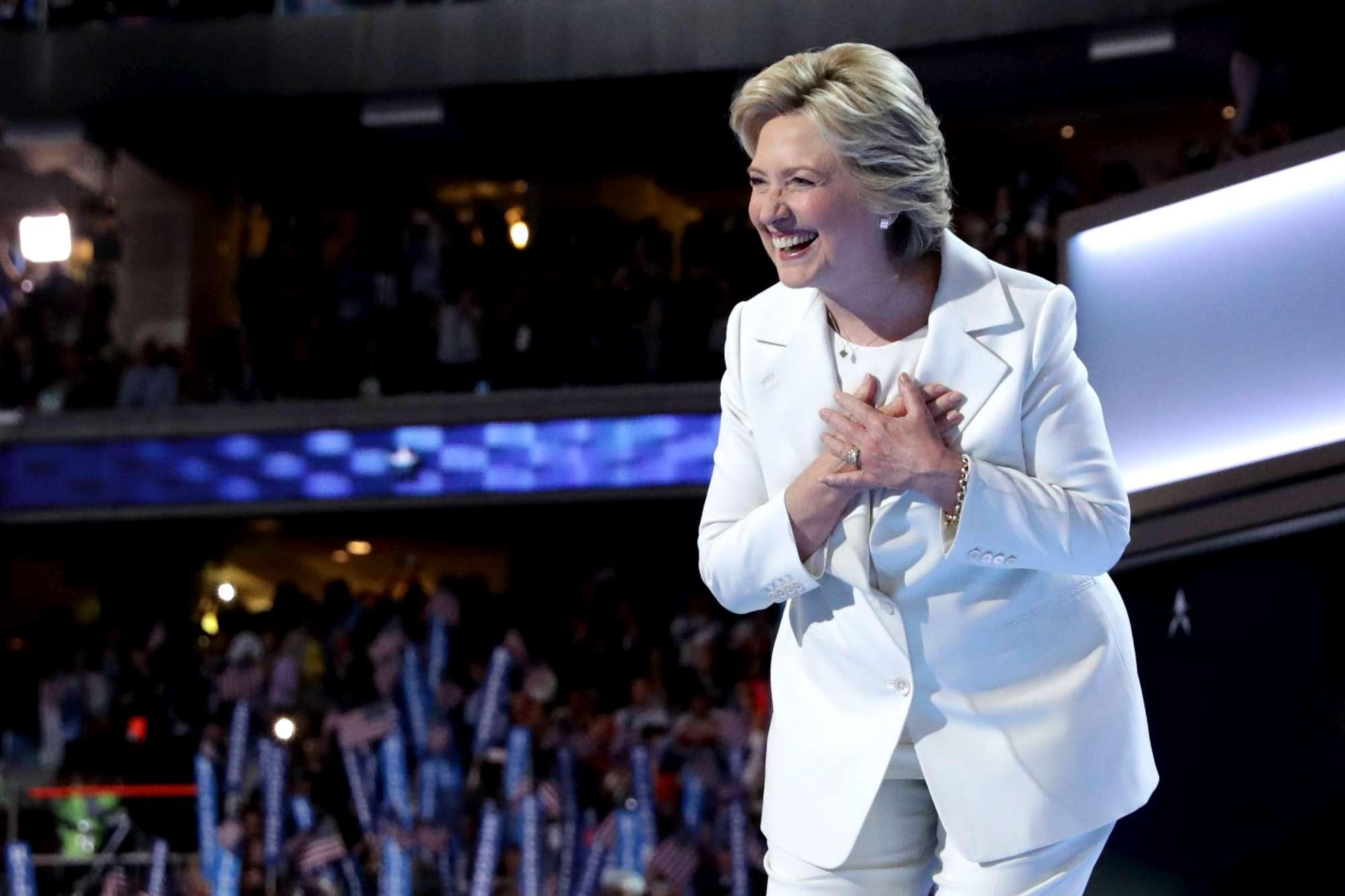 La notte di Hillary: l ovazione, i palloncini e l abbraccio con Bill e Chelsea