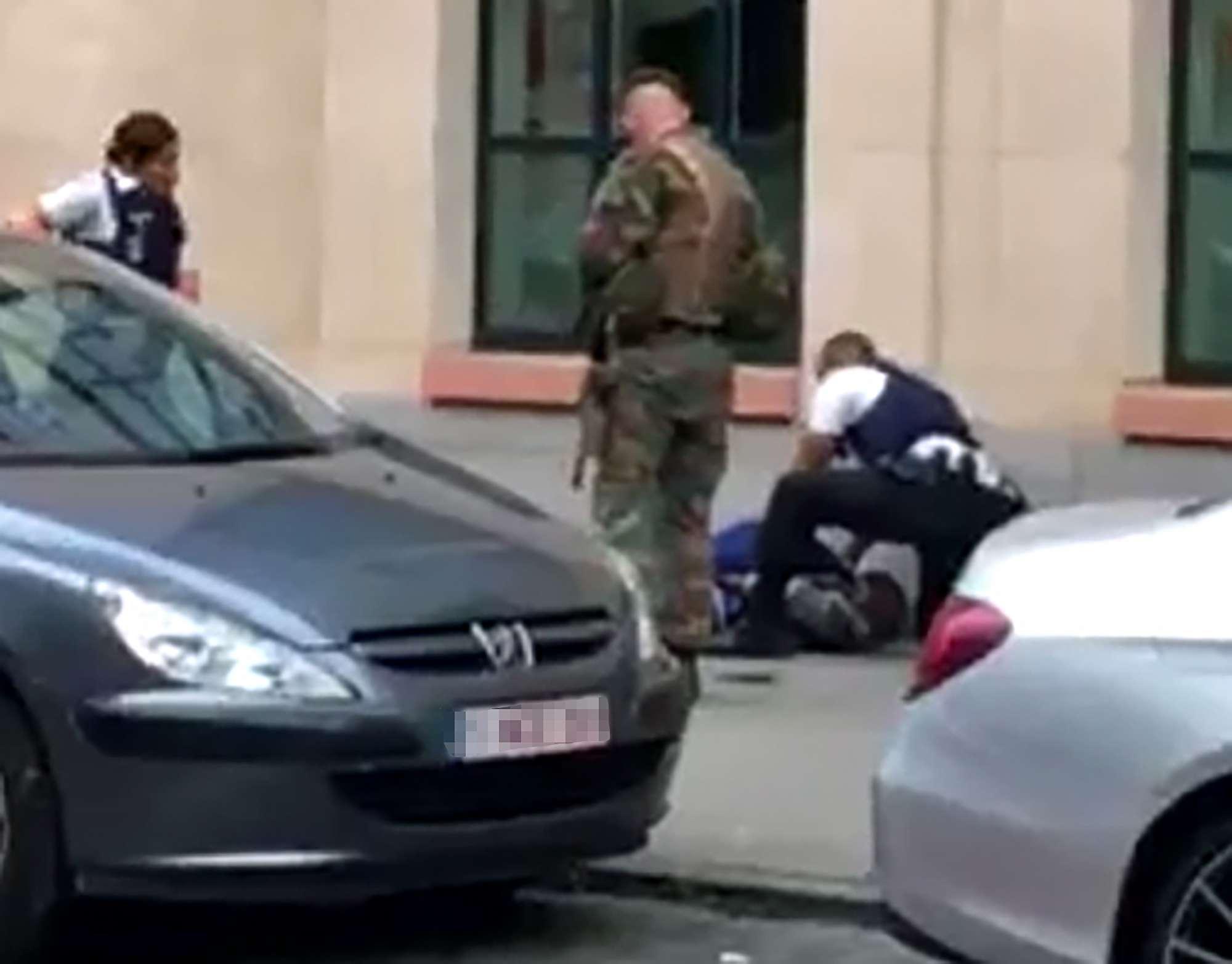 Armato di machete attacca soldati: paura a Bruxelles