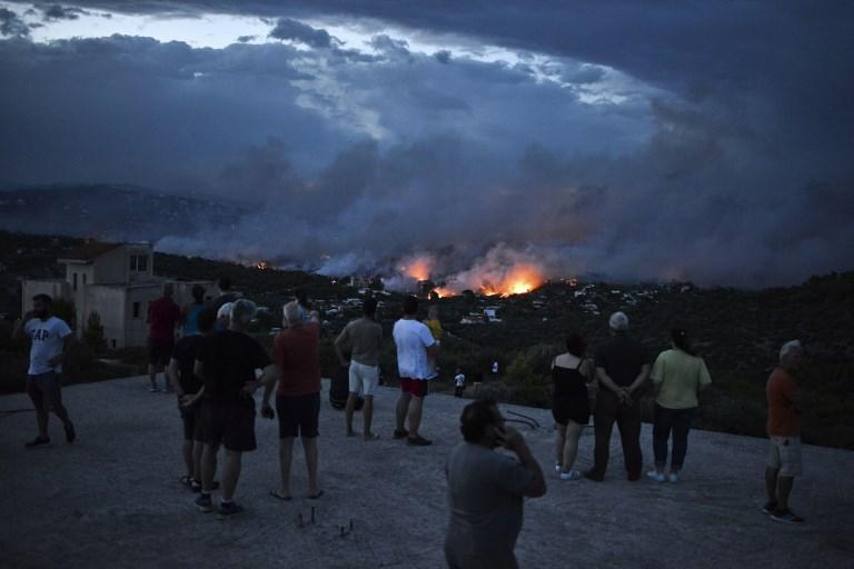 Violenti incendi ad Atene: morti e migliaia di evacuati