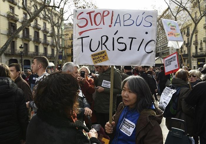Da Barcellona a Palma di Maiorca: via i turisti, meglio i rifugiati