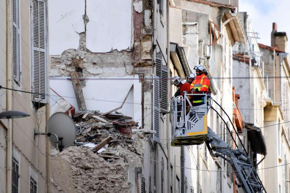 Marsiglia, balcone crolla sulla marcia per le vittime: 3 feriti lievi