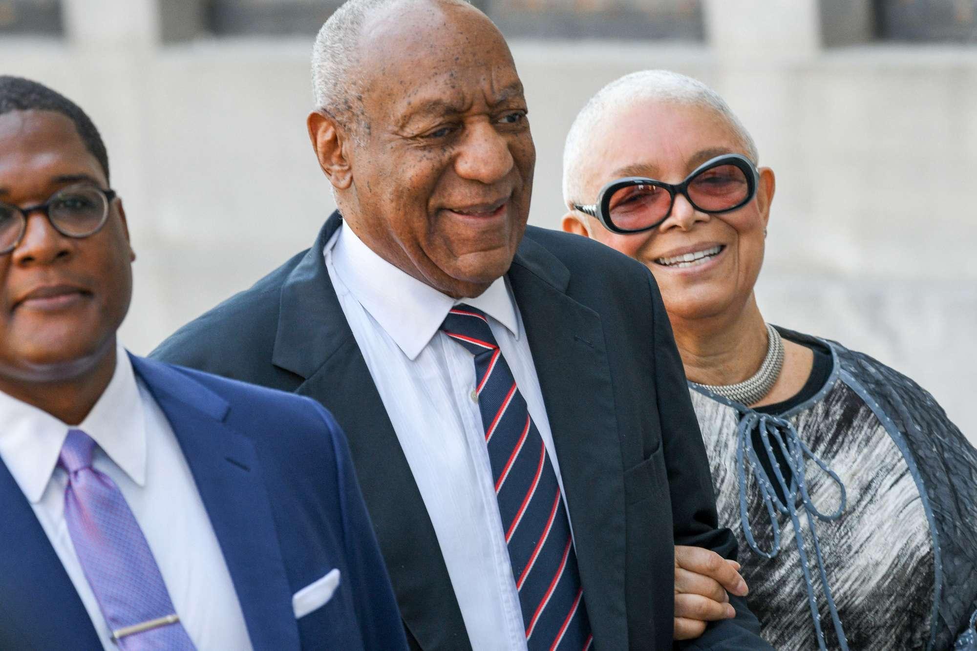 Bill Cosby in tribunale al braccio della moglie: si rifiuta di deporre