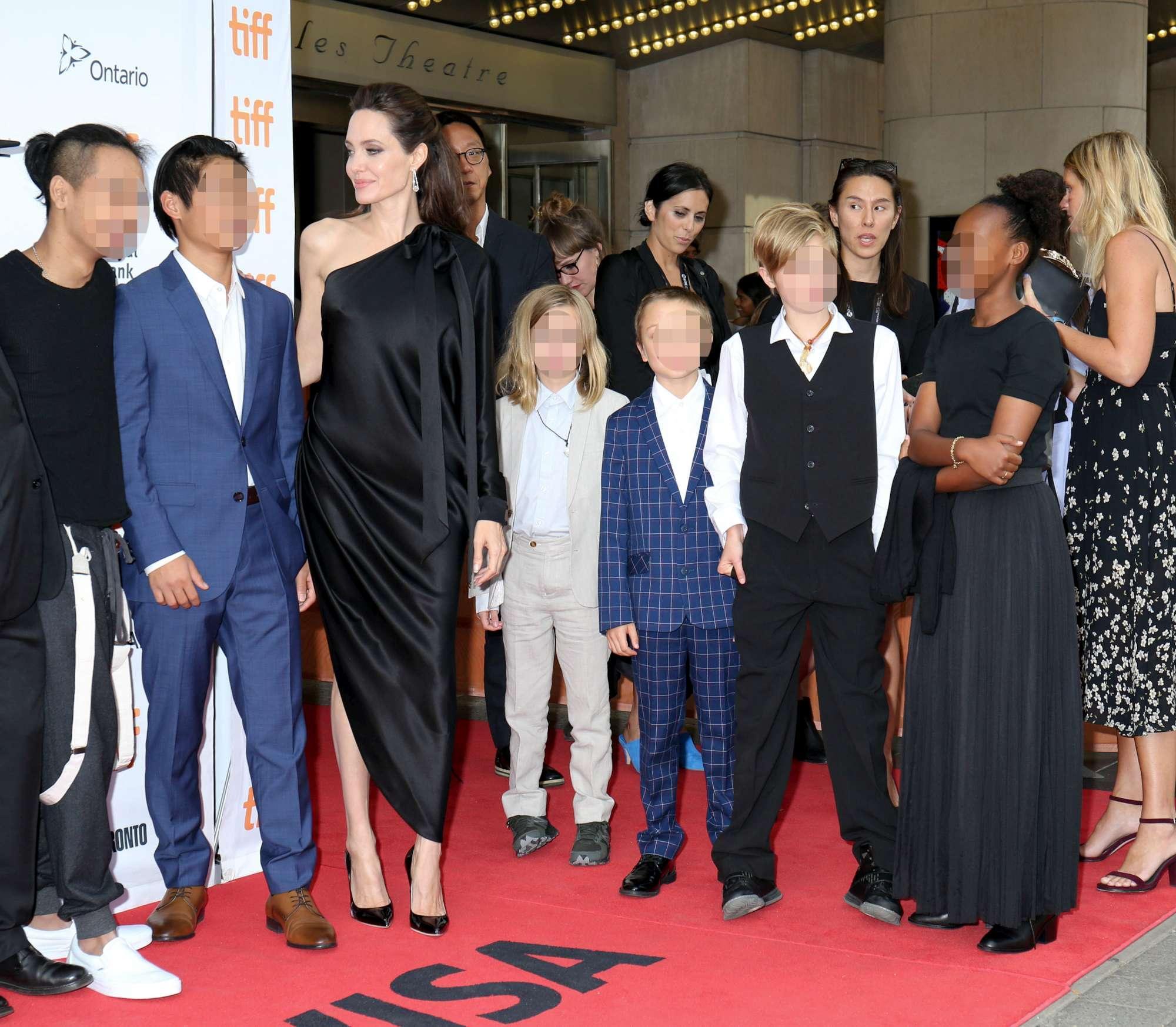 Angelina Jolie sfila a Toronto con tutta la tribù