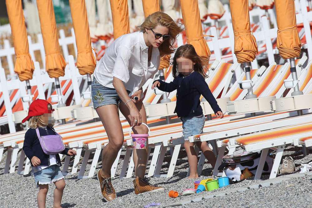 Michelle Hunziker, tra le onde con le figlie a Varigotti