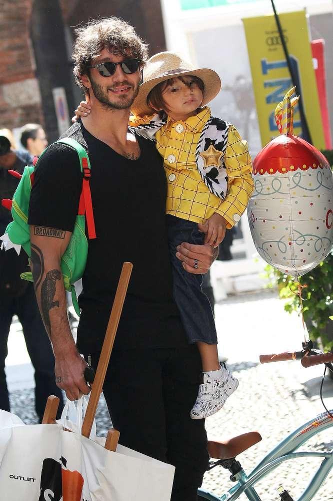 Stefano De Martino, palloncino e bici per il compleanno di Santiago