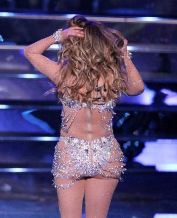 Jennifer Lopez stende Las Vegas tra lustrini, balli scatenati e trasparenze