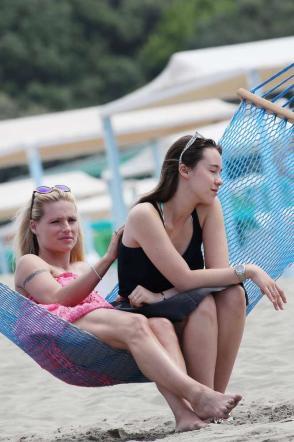 Michelle Hunziker, incidente sexy in spiaggia