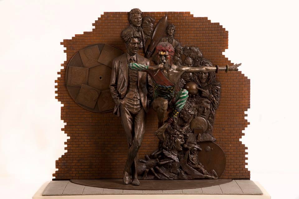 La prima statua ufficiale dedicata a David Bowie
