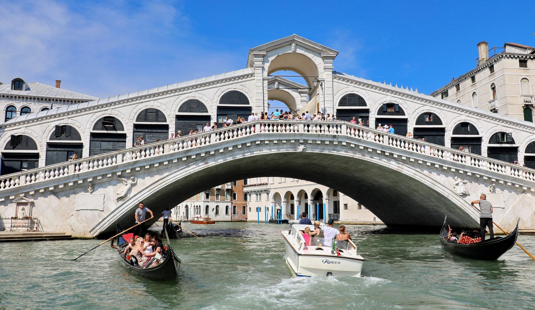 Donnavventura: Venezia, il Canal Grande e i tessuti Bevilacqua