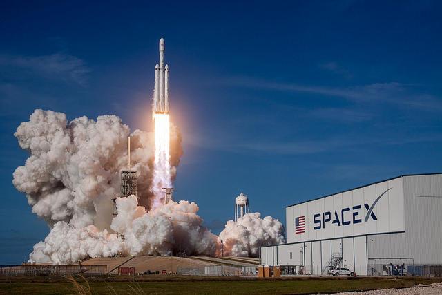 SpaceX: prende il volo Falcon Heavy, il più potente razzo senza uomini a bordo