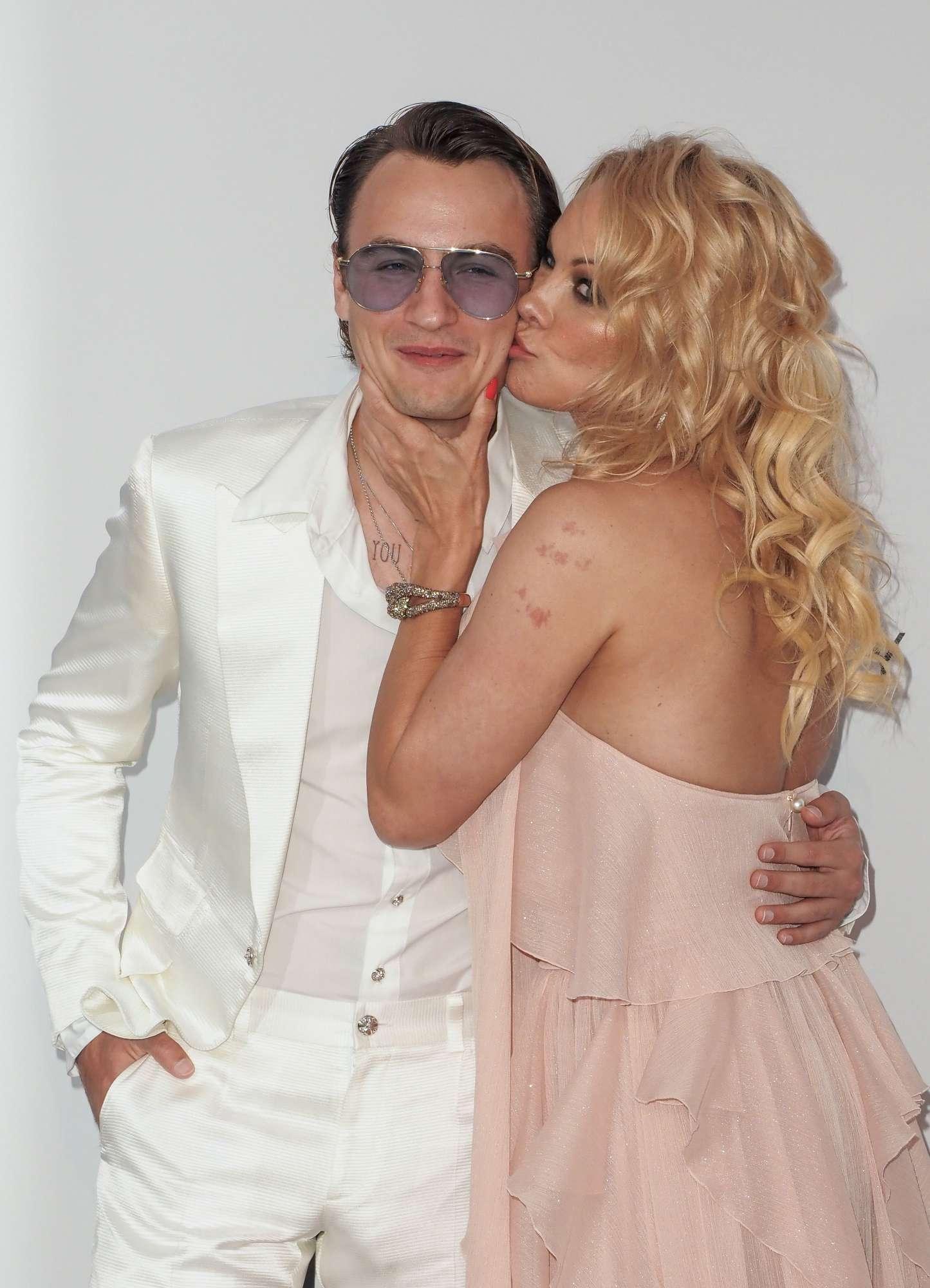 Pamela Anderson, l ex bagnina sfila a Cannes con un affascinante accompagnatore... il figlio Brandon