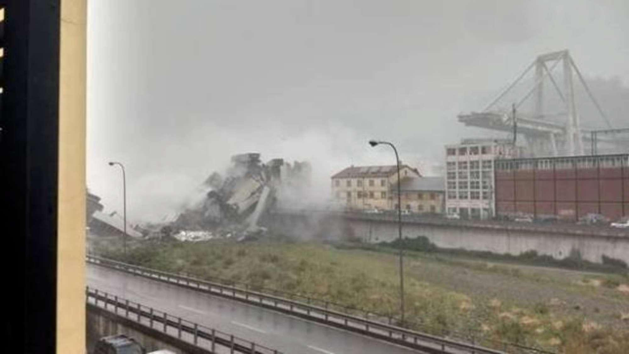 Crolla ponte su autostrada A10 a Genova