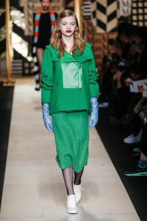 A Milano Moda Donna trionfano i patchwork vivaci e le tavolozze di colori