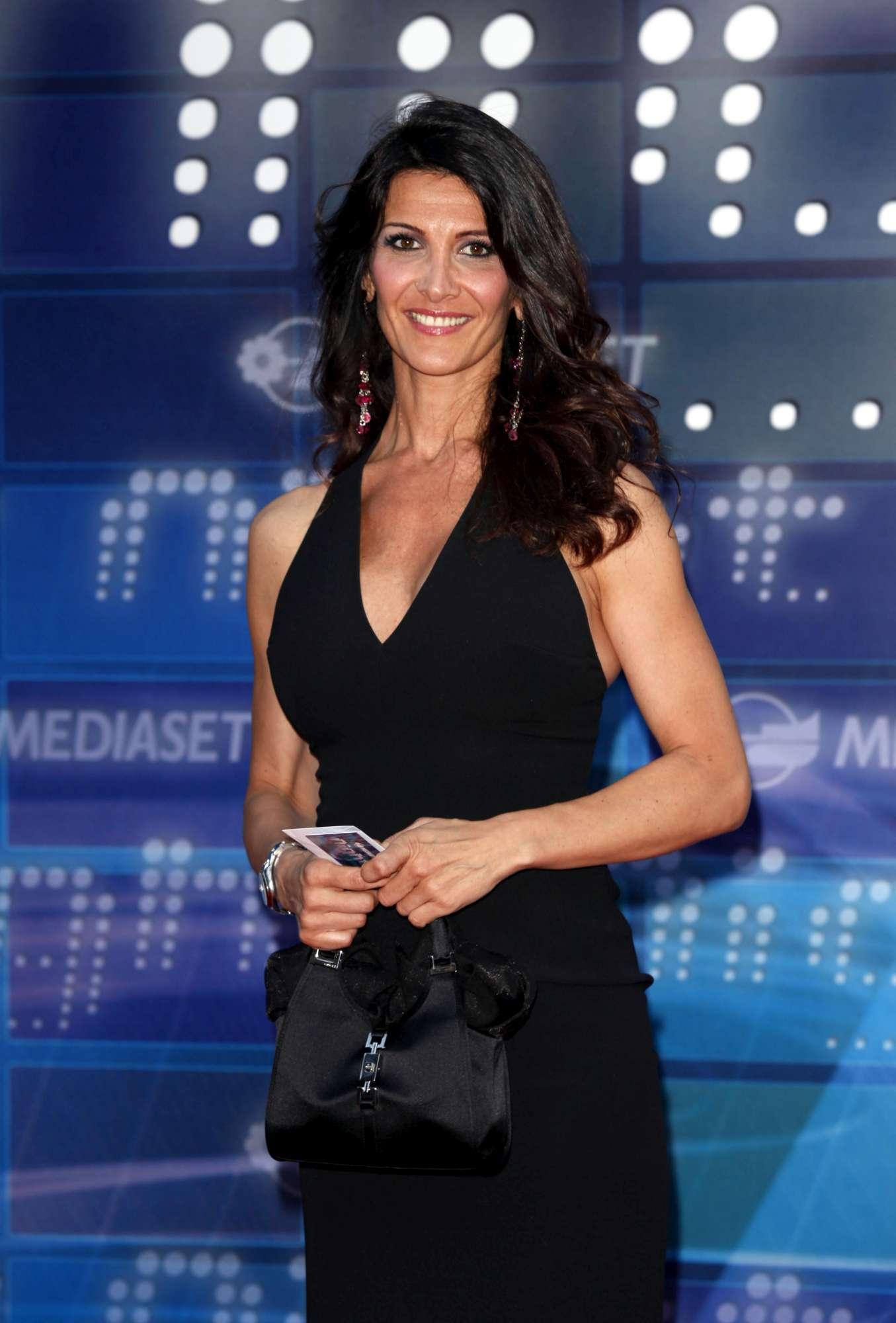 Elena Guarnieri, il mezzobusto del Tg5 sfoggia un bikini