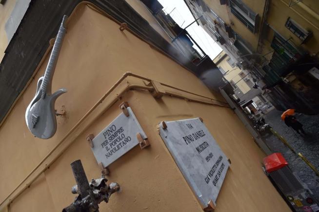 Pino Daniele, a Napoli posato il monumento-chitarra che lo ricorda