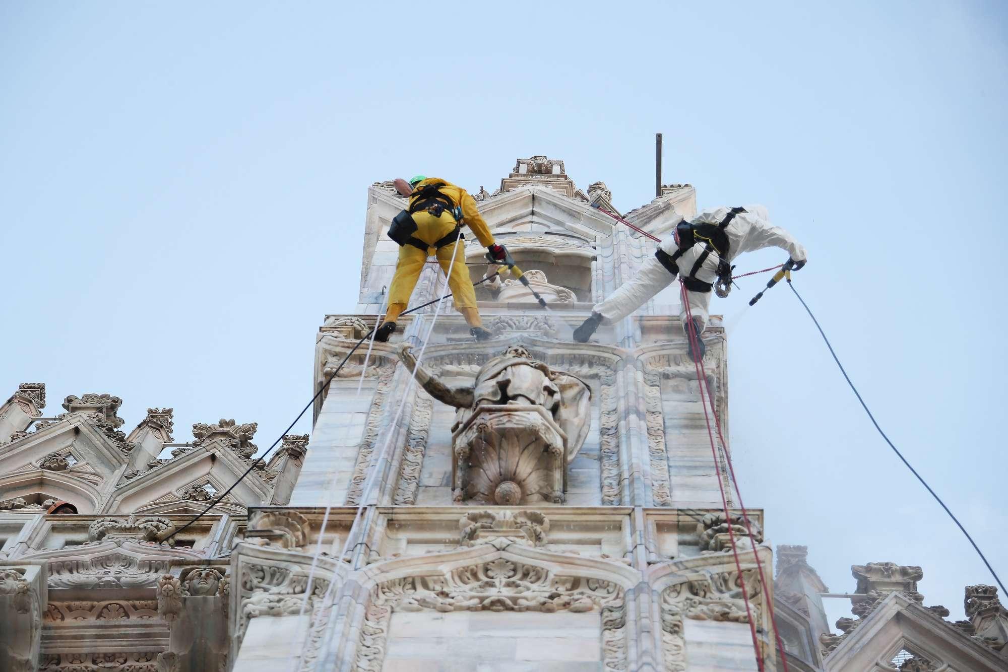 La Veneranda Fabbrica Del Duomo, la pulizia dei marmi: operai come alpinisti