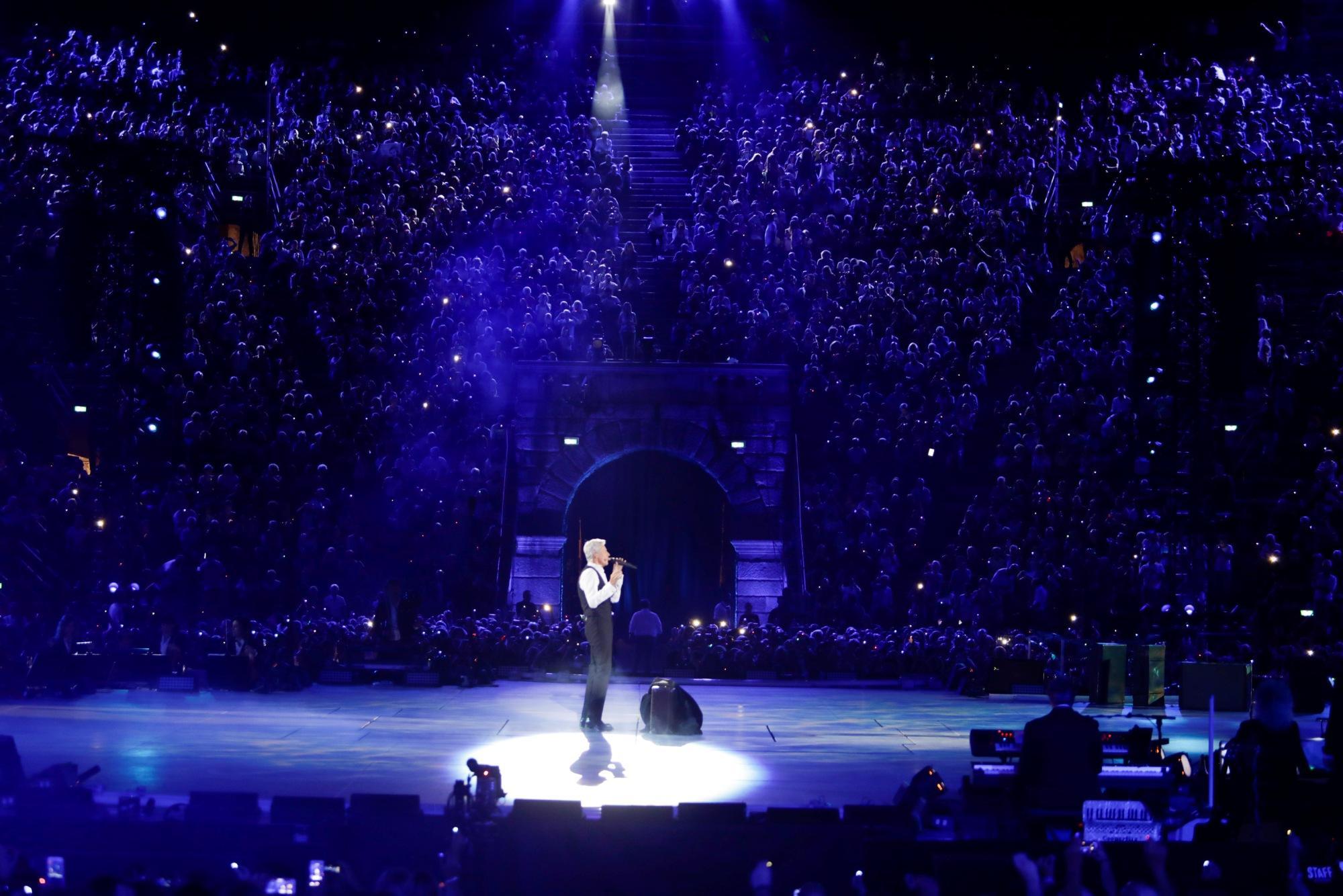 Claudio Baglioni,  Al Centro : le immagini e il racconto dello show dell Arena di Verona