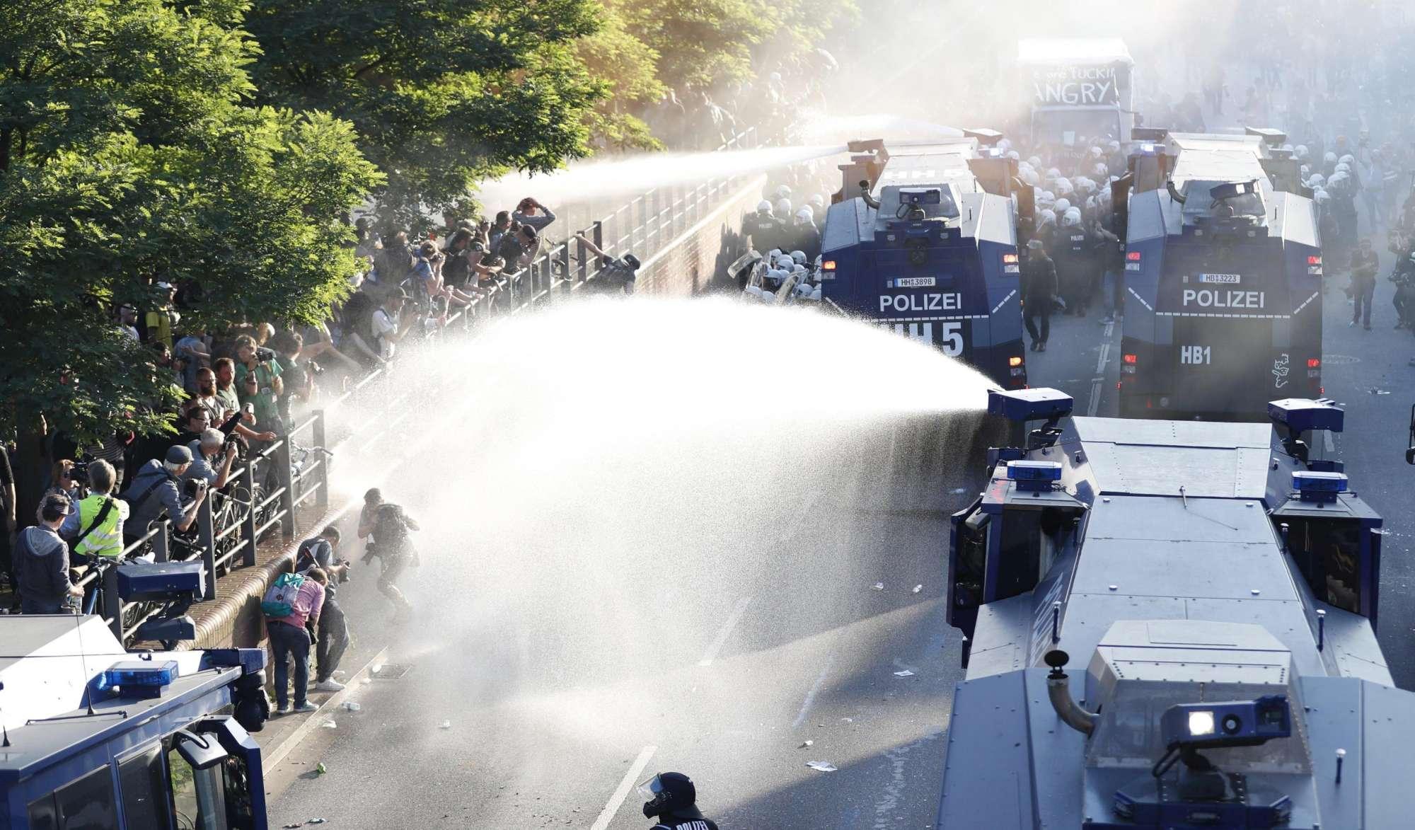 Amburgo, migliaia in piazza contro il G20: scontri tra polizia e manifestanti