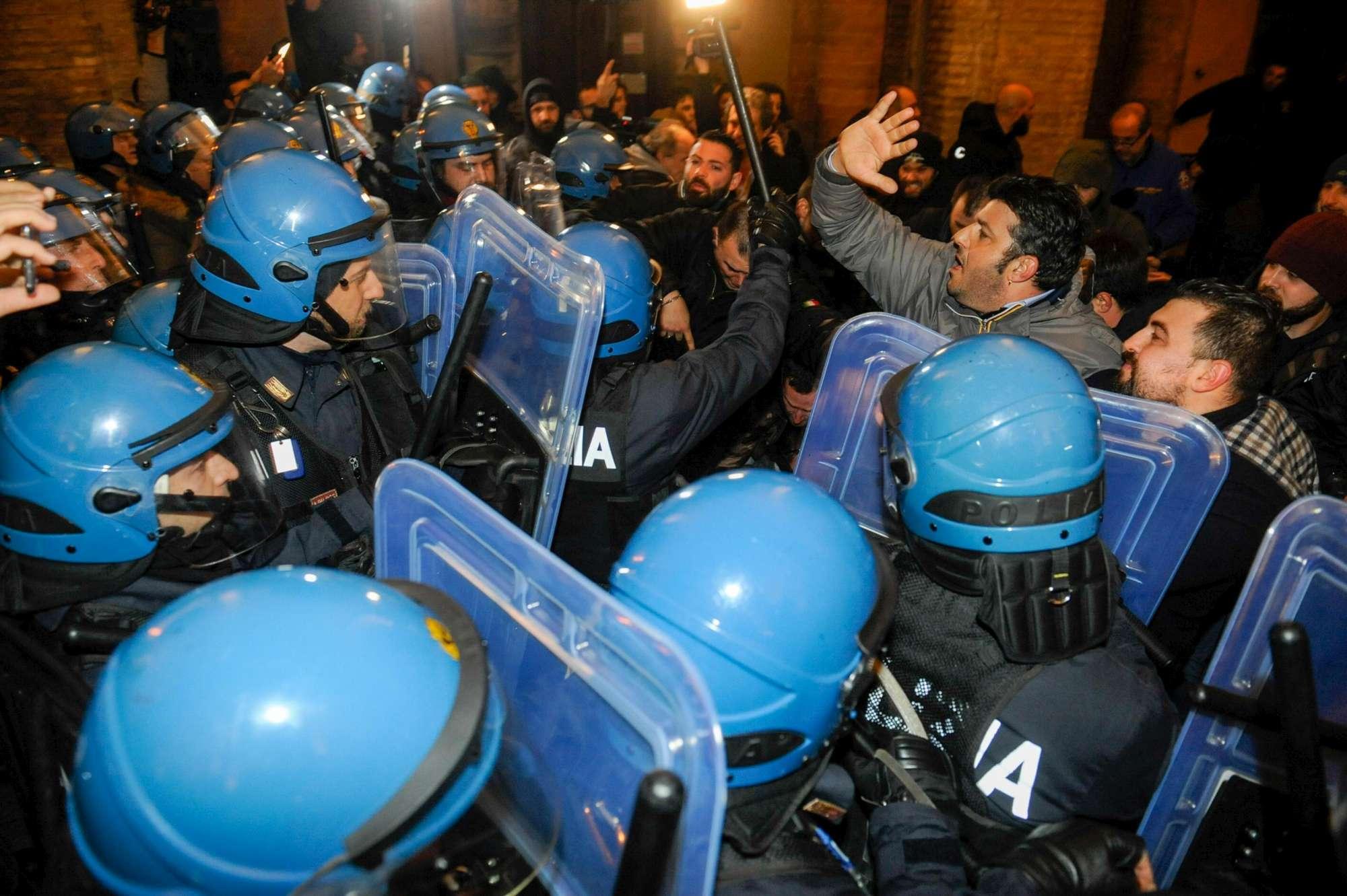 Macerata, scontri tra polizia e manifestanti di Forza Nuova
