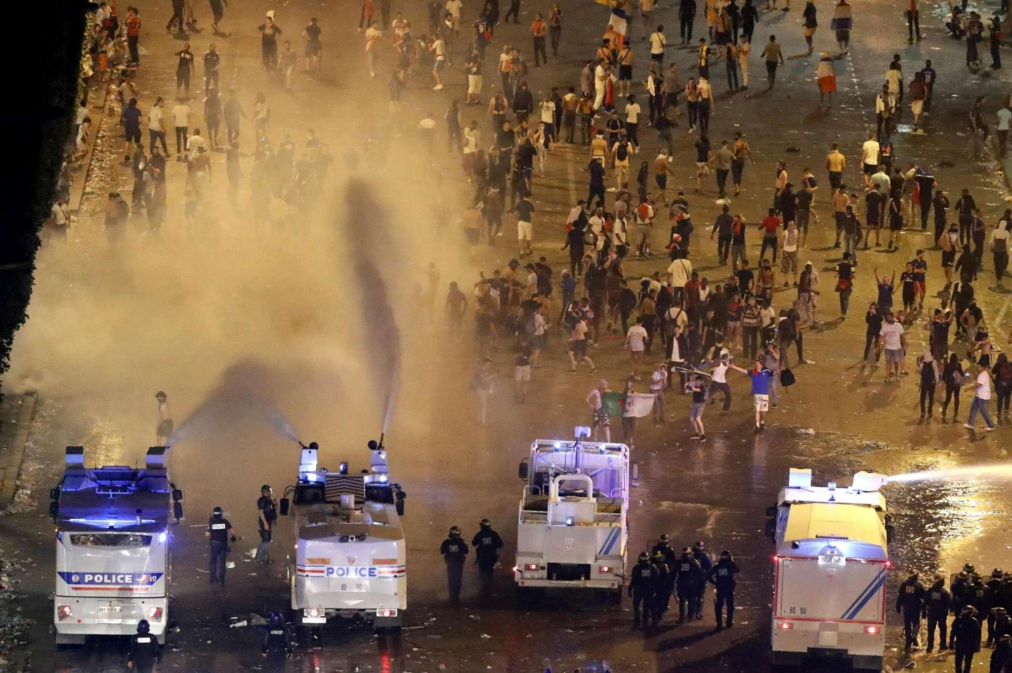 Mondiali, incidenti e saccheggi a Parigi: evacuati gli Champs Elysées