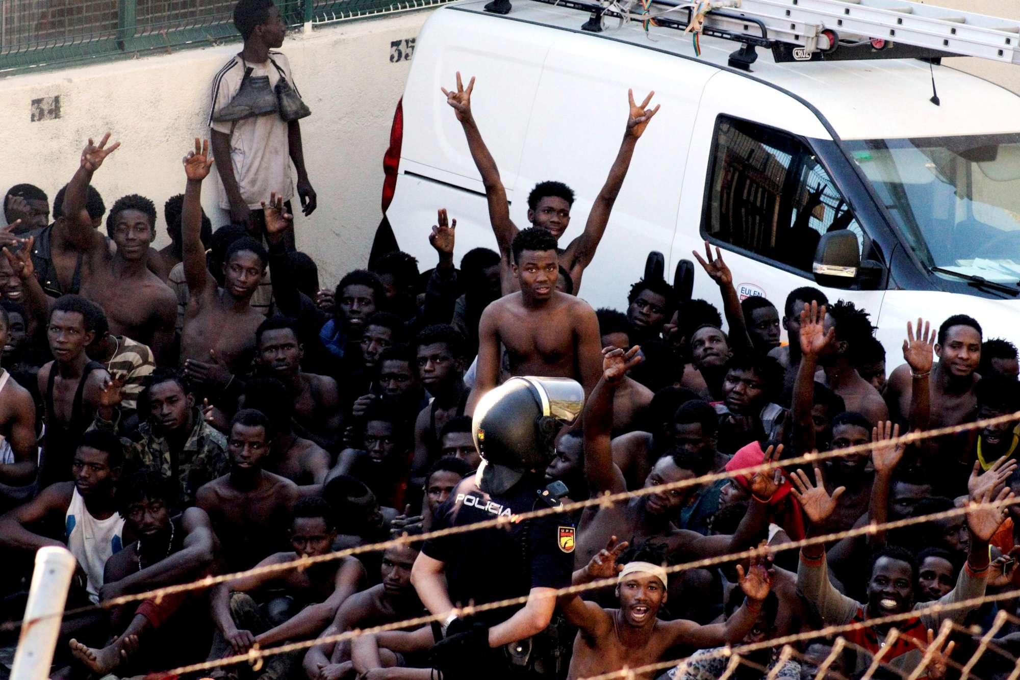 Migranti assaltano la barriera di Ceuta: oltre cento feriti