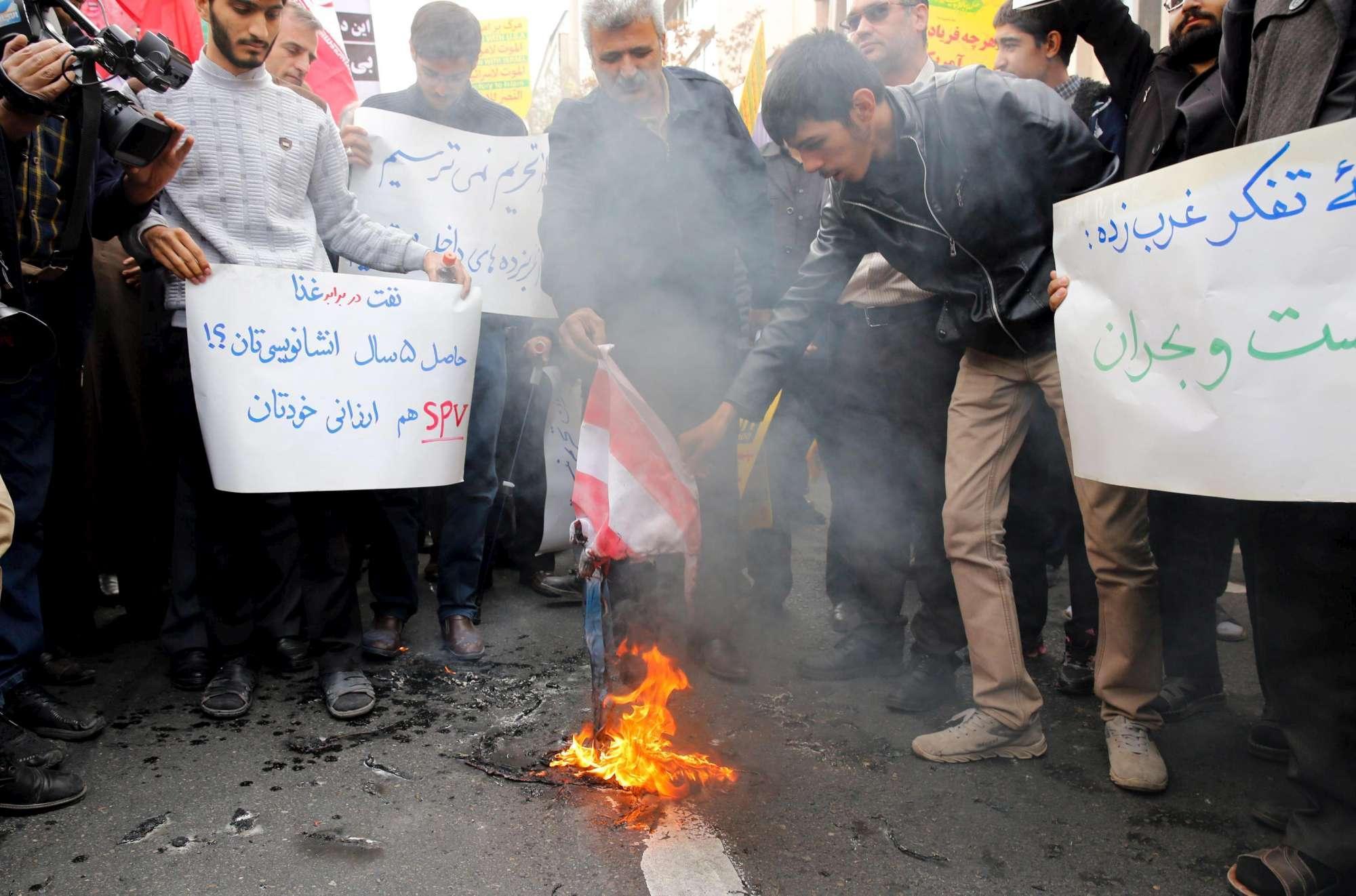 L'Iran contro Trump, bandiere Usa date alle fiamme